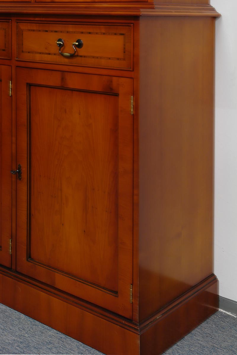 buffet schrank im englischen stil eibe furniert schr nke buffetschr nke. Black Bedroom Furniture Sets. Home Design Ideas