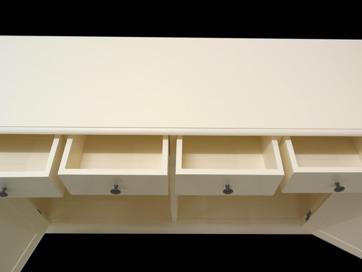 stilvolles sideboard im landhausstil in creme wei kommoden und anrichten sideboards anrichten. Black Bedroom Furniture Sets. Home Design Ideas