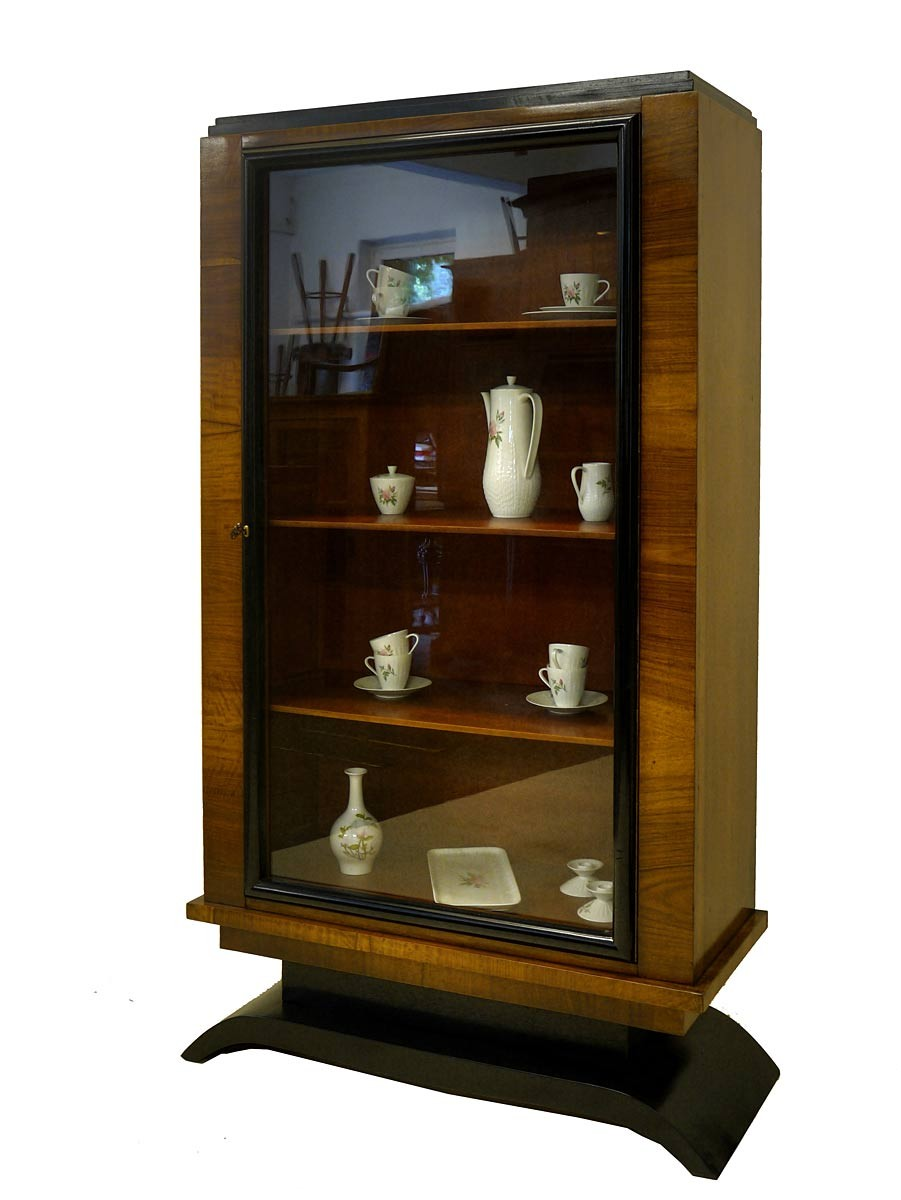 vitrine vitrinenschrank art deco nussbaum furniert um 1930. Black Bedroom Furniture Sets. Home Design Ideas