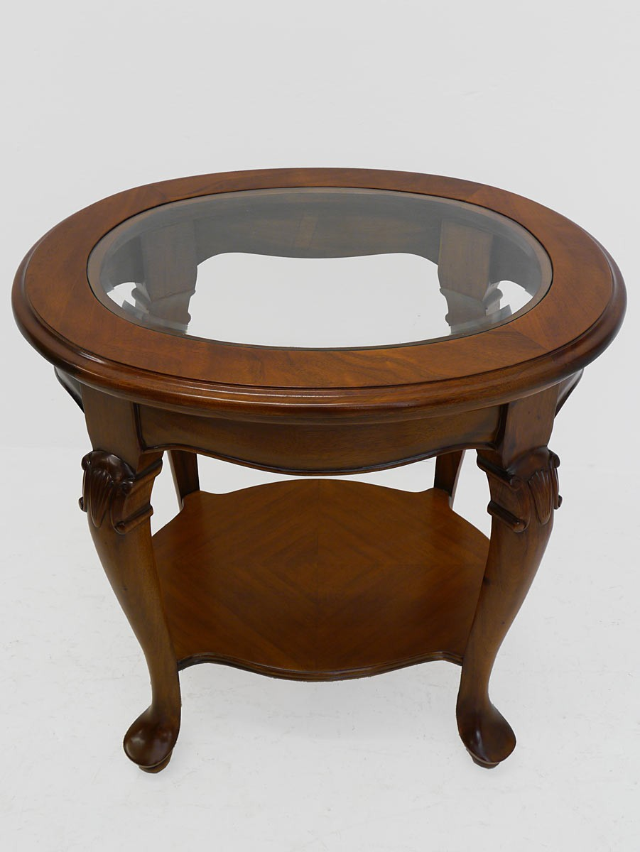 Edler ovaler beistelltisch massivholz im nussbaum farbton for Ovaler glastisch